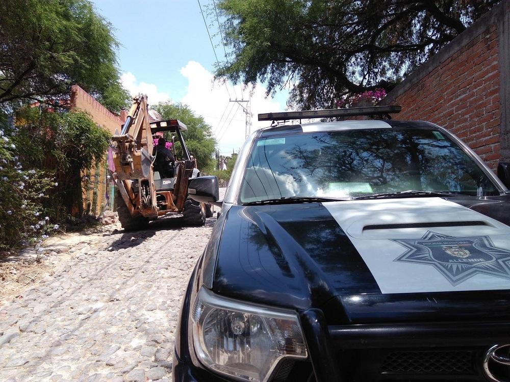 Se aseguró una máquina retroexcavadora y una tolva con nueve toneladas de material.