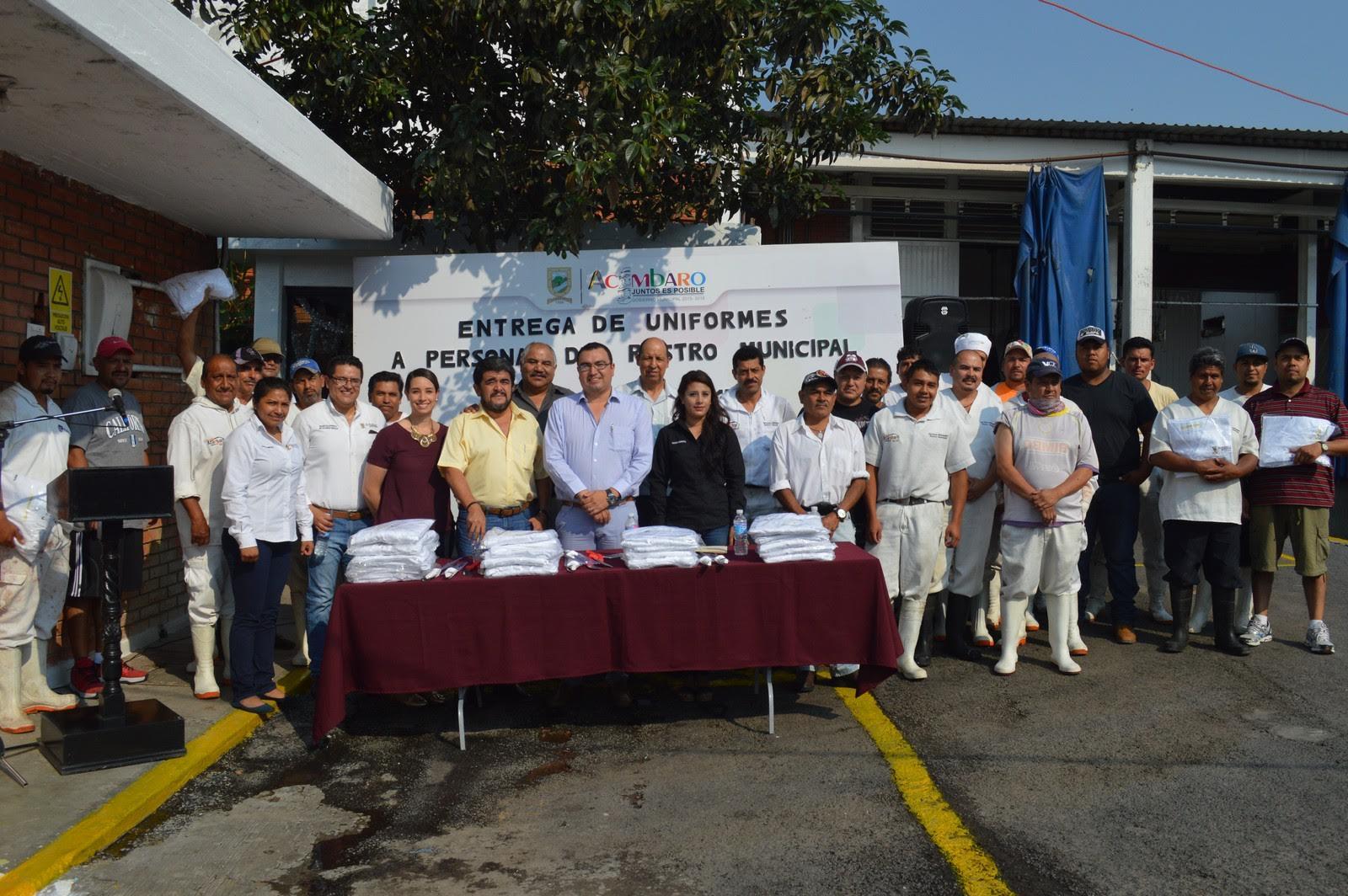 el evento con la entrega simbólica de uniformes al personal de las áreas de inspección, manejo de reses, manejo de porcinos, estiba, y área de corraleros.