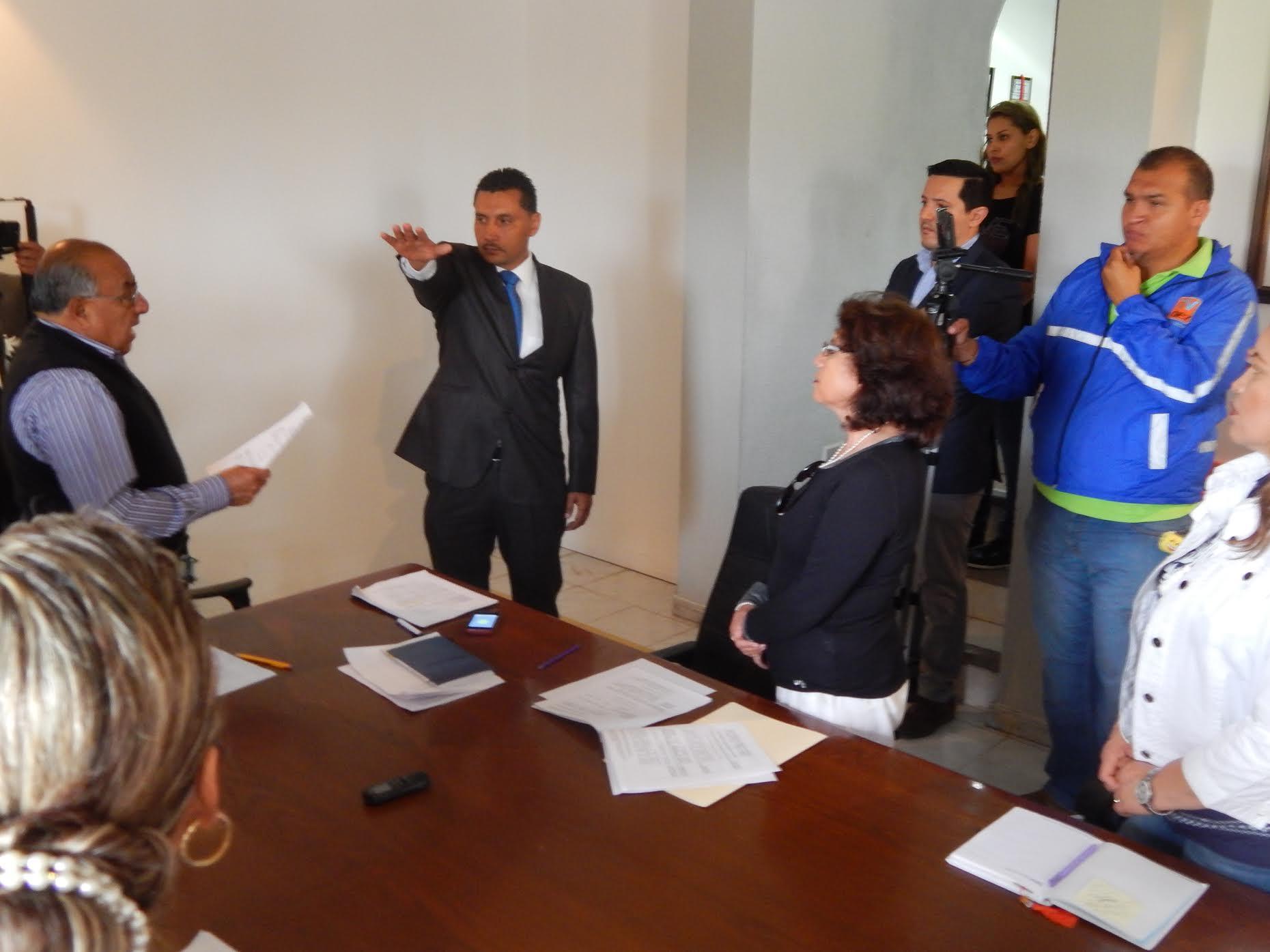 Dentro de la sesión se presentó al propuesto, quien es Licenciado en Negocios Internacionales, tesorero municipal en la administración 2006-2009 y fue presidente municipal constitucional, en el periodo 2009-2012