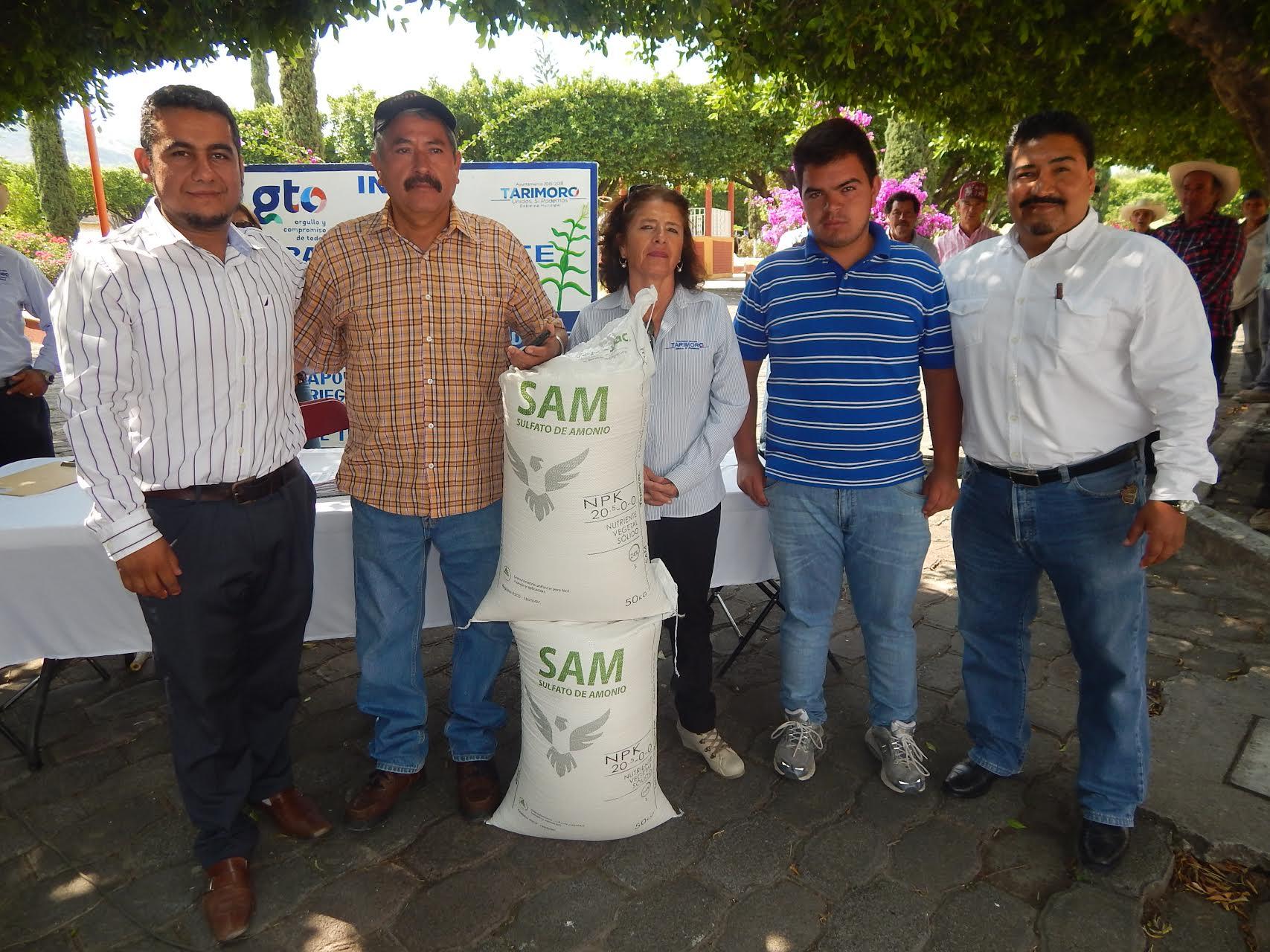 Posteriormente se hizo la entrega del fertilizante a los beneficiarios.