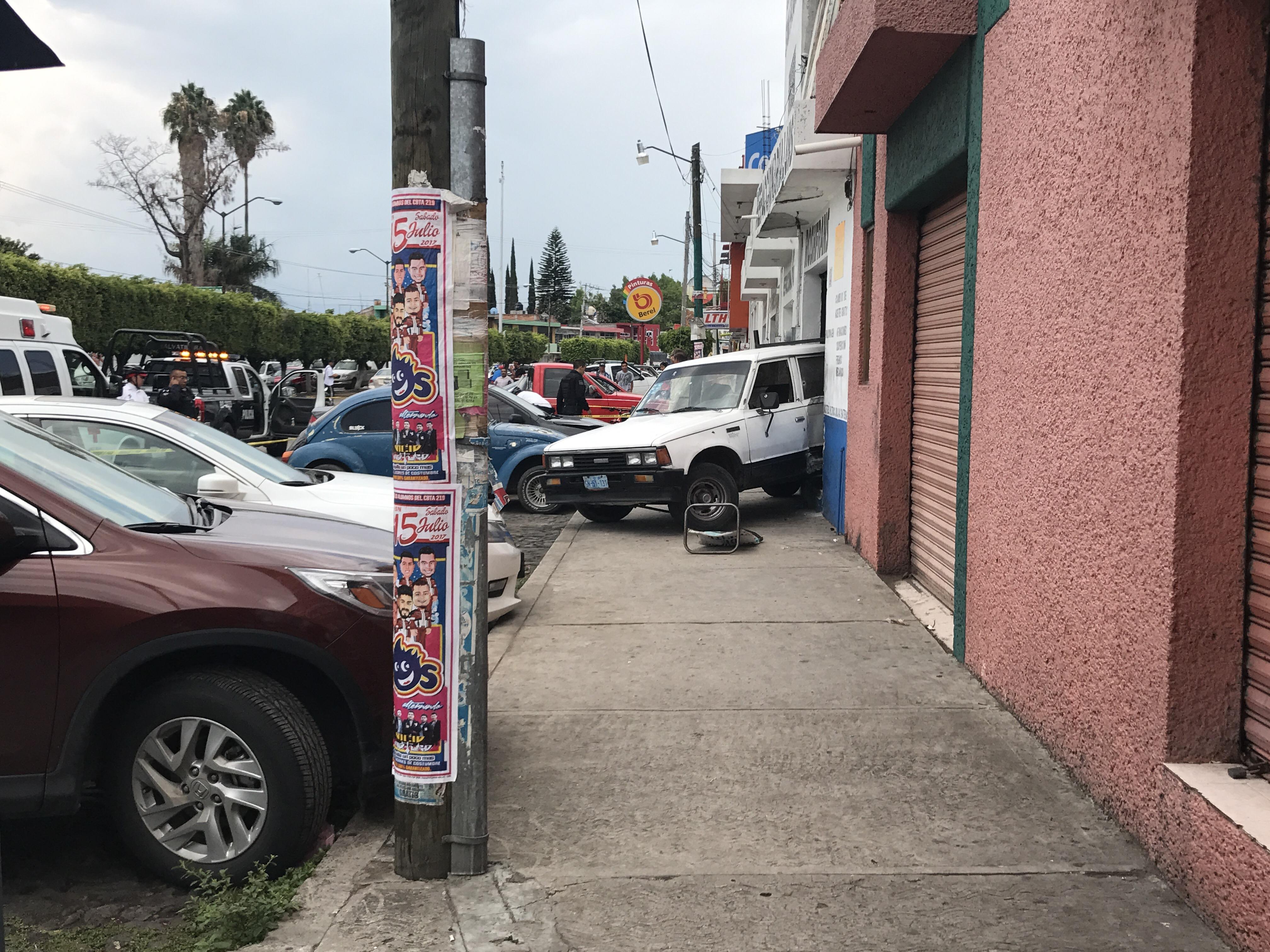 Fue identificado como Norberto Vázquez Fuentes de 52 años con domicilio en San Pedro de los Naranjos. Se dijo que presentaba heridas por arma de fuego en el tórax y cabeza.