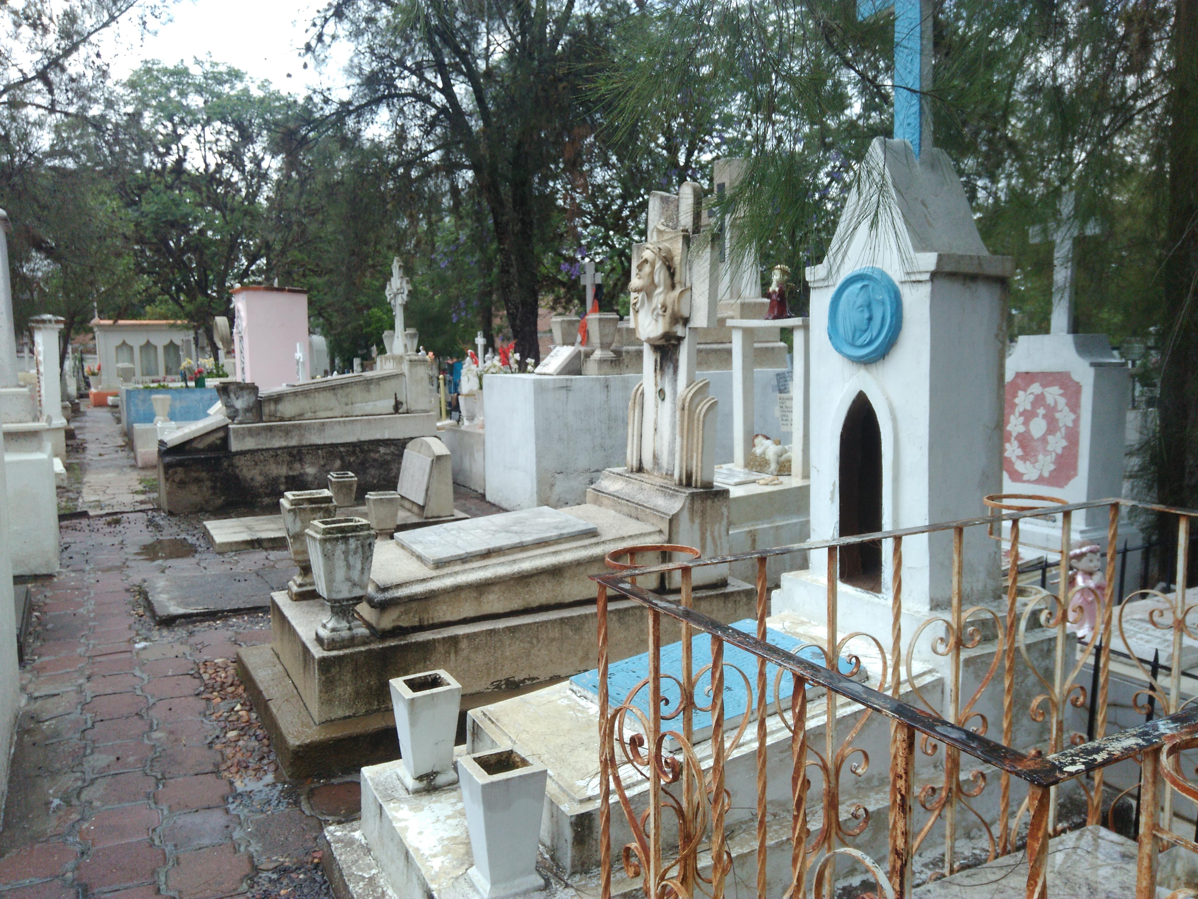 """el panteón de nuestra """"Señora de Guadalupe"""" tiene aproximadamente tres mil 600 lugares y """"Luz Eterna""""  cerca de dos mil"""