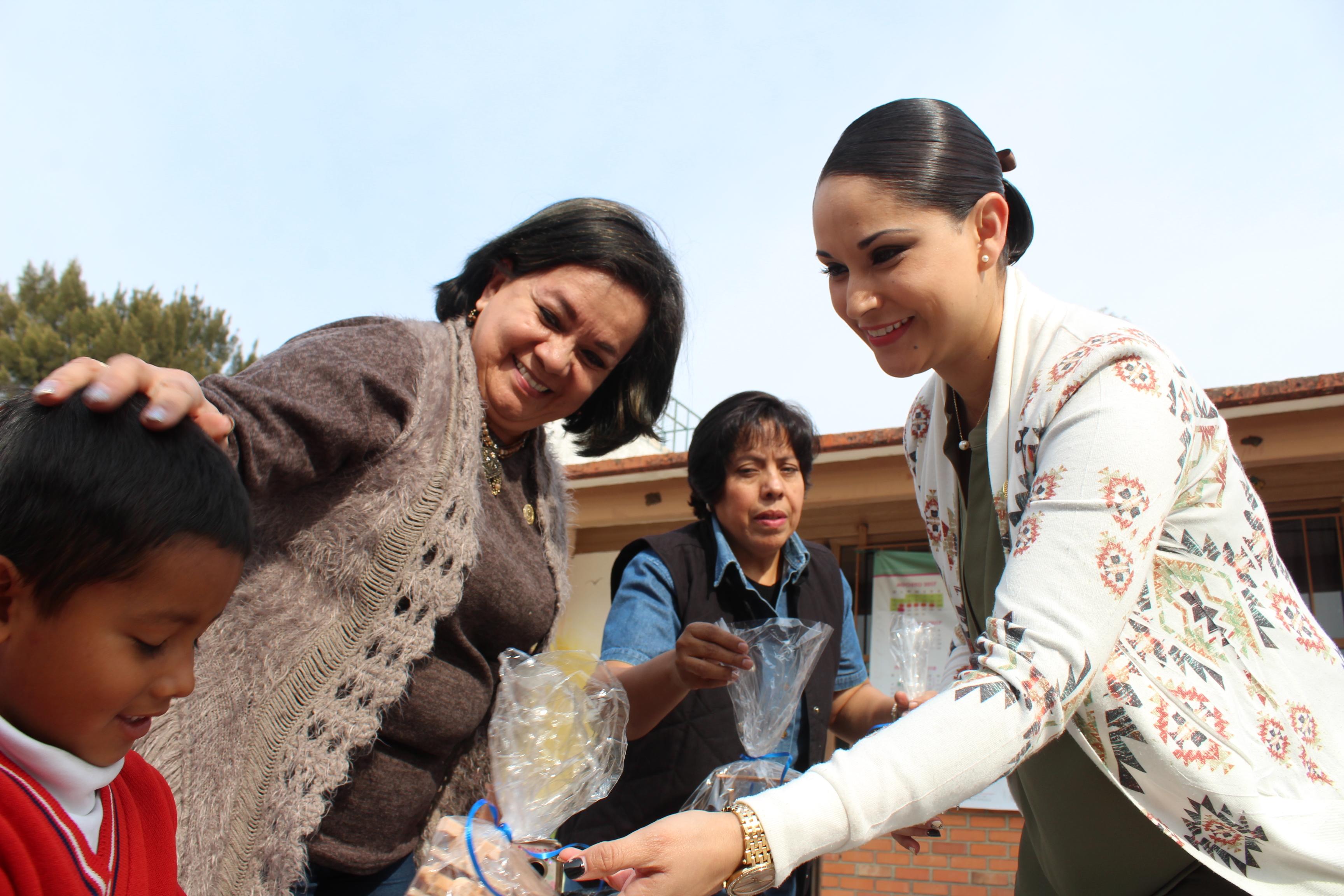 La presidenta de DIF Yvonne Martínez y la directora Aracely Navarrete, entregaron durante todo el mes de enero más de 500 juguetes